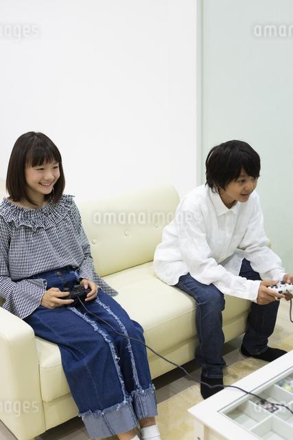 ゲームをする中学生の写真素材 [FYI04267290]