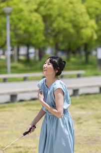 バドミントンをする女性の写真素材 [FYI04267371]