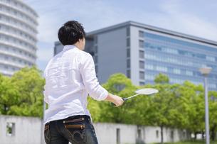 バドミントンをする男性の写真素材 [FYI04267372]