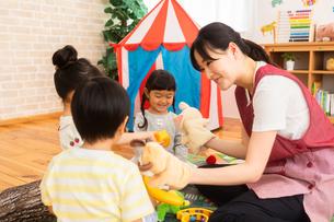 保育園で遊ぶ子供たちと保育士の写真素材 [FYI04267651]