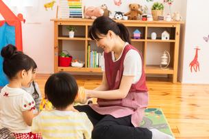 保育園で遊ぶ子供たちと保育士の写真素材 [FYI04267652]