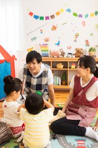 保育園で遊ぶ子供たちと保育士の写真素材 [FYI04267654]