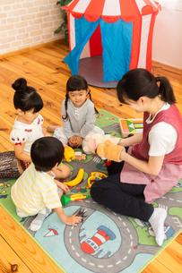 保育園で遊ぶ子供たちと保育士の写真素材 [FYI04267655]