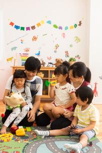 保育園で遊ぶ子供たちと保育士の写真素材 [FYI04267661]