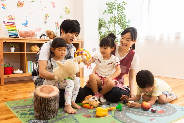 保育園で遊ぶ子供たちと保育士の写真素材 [FYI04267664]
