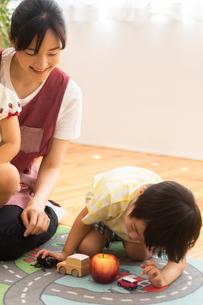 保育園で遊ぶ男の子と保育士の写真素材 [FYI04267666]