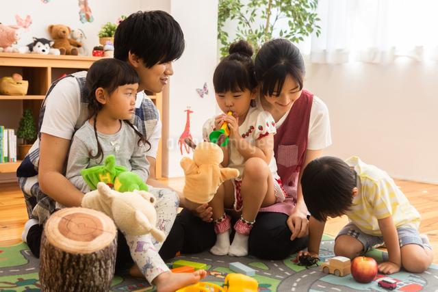 保育園で遊ぶ子供たちと保育士の写真素材 [FYI04267667]