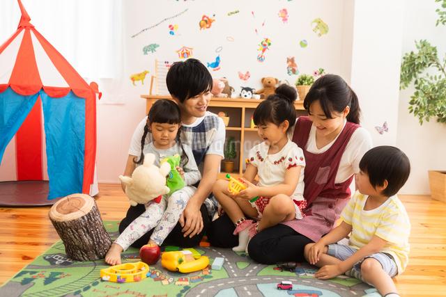 保育園で遊ぶ子供たちと保育士の写真素材 [FYI04267669]
