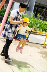 公園で遊ぶ保育士と園児たちの写真素材 [FYI04267674]