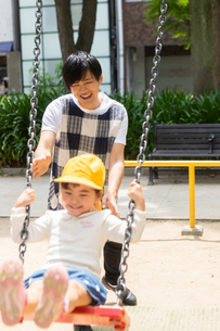 公園で遊ぶ保育士と園児たちの写真素材 [FYI04267680]