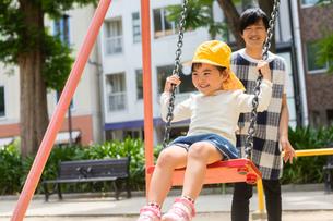 公園で遊ぶ保育士と園児たちの写真素材 [FYI04267683]