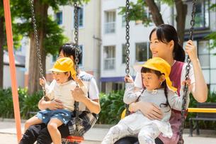 公園で遊ぶ保育士と園児たちの写真素材 [FYI04267689]