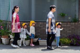 お散歩する保育士と園児たちの写真素材 [FYI04267710]