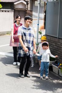 お散歩する保育士と園児たちの写真素材 [FYI04267715]