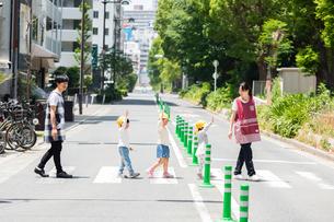 お散歩する保育士と園児たちの写真素材 [FYI04267722]