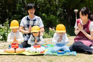 公園でお弁当を食べる園児の写真素材 [FYI04267746]