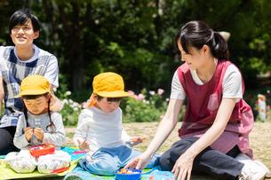 公園でお弁当を食べる園児の写真素材 [FYI04267753]