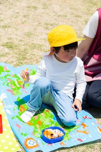公園でお弁当を食べる園児の写真素材 [FYI04267754]