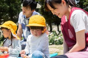 公園でお弁当を食べる園児の写真素材 [FYI04267764]