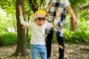 落ち葉で遊ぶ園児の写真素材 [FYI04267789]