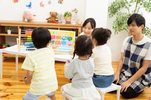 数字の勉強をする園児の写真素材 [FYI04267821]