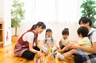 数字の勉強をする園児の写真素材 [FYI04267837]