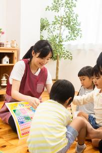 数字の勉強をする園児の写真素材 [FYI04267842]