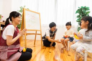 英語の勉強をする園児の写真素材 [FYI04267857]