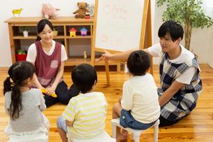 英語の勉強をする園児の写真素材 [FYI04267860]