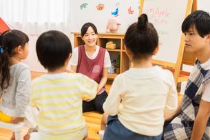 英語の勉強をする園児の写真素材 [FYI04267867]