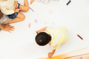 おえかきをする園児の写真素材 [FYI04267894]