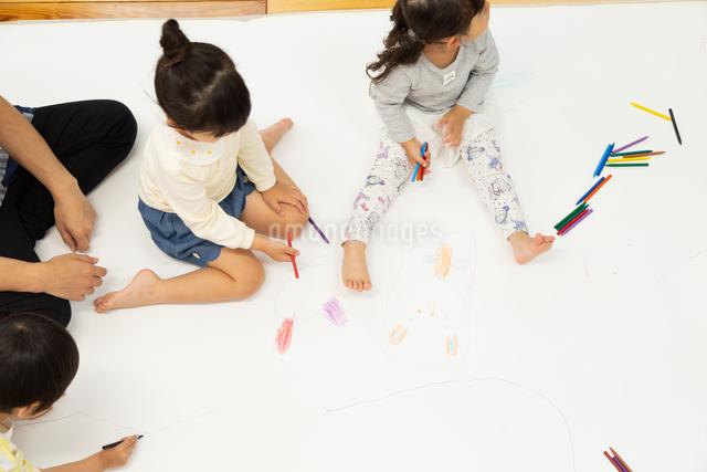おえかきをする園児の写真素材 [FYI04267895]