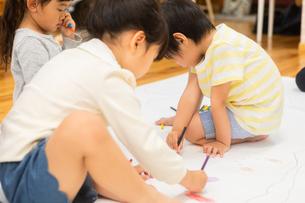 おえかきをする園児の写真素材 [FYI04267902]