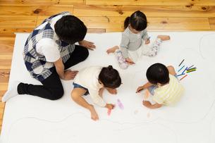 おえかきをする園児の写真素材 [FYI04267903]