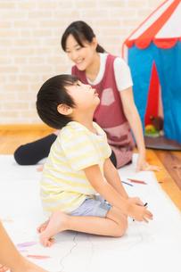 おえかきをする園児の写真素材 [FYI04267904]