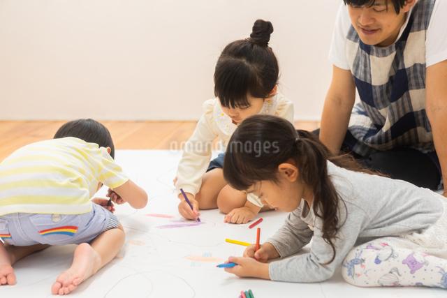 おえかきをする園児の写真素材 [FYI04267908]
