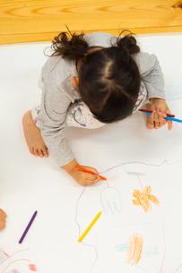 おえかきをする園児の写真素材 [FYI04267912]
