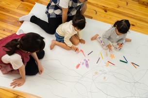 おえかきをする園児の写真素材 [FYI04267919]
