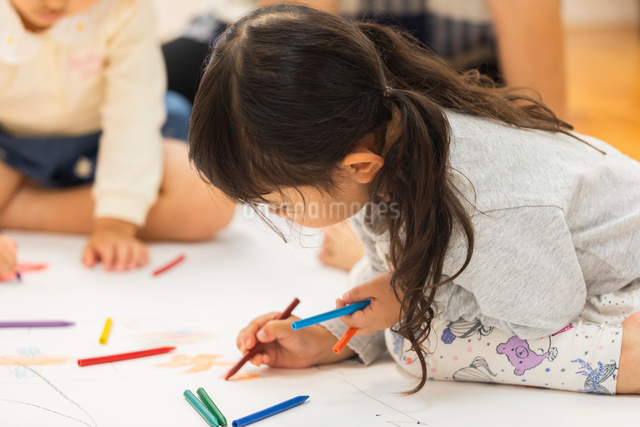 おえかきをする園児の写真素材 [FYI04267925]
