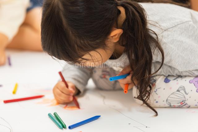 おえかきをする園児の写真素材 [FYI04267926]
