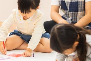 おえかきをする園児の写真素材 [FYI04267927]