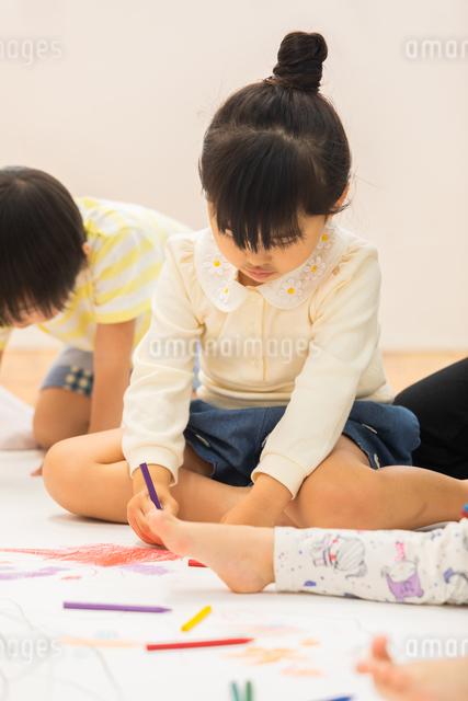 おえかきをする園児の写真素材 [FYI04267932]