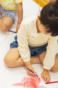 おえかきをする園児の写真素材 [FYI04267933]