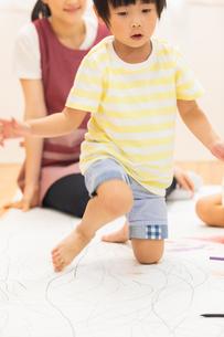 おえかきをする園児の写真素材 [FYI04267935]