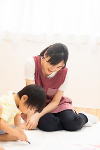 おえかきをする園児の写真素材 [FYI04267936]