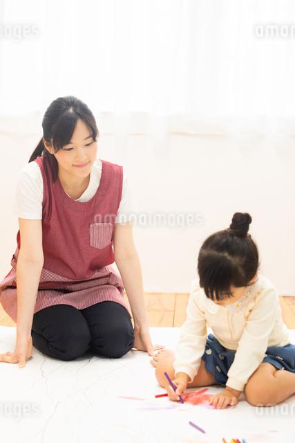 おえかきをする園児の写真素材 [FYI04267938]