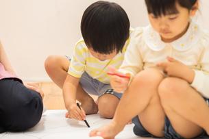 おえかきをする園児の写真素材 [FYI04267939]