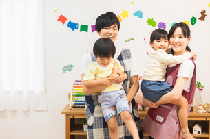 保育士と園児の写真素材 [FYI04267981]