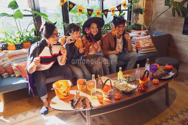 ハロウィンパーティーをする若者グループの写真素材 [FYI04267993]