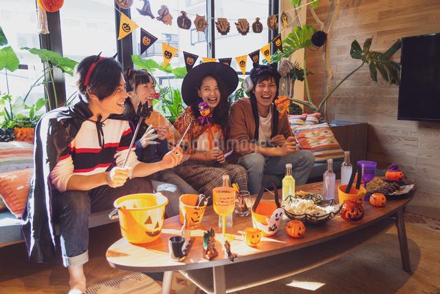 ハロウィンパーティーをする若者グループの写真素材 [FYI04267995]